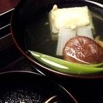 19309168 - もちもちのヨモギ豆腐。上にのっている柚子のあられも自家製。