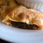 Trattoria & Pizza Banzo - 「サラミ大葉えのきの包焼ピザ(1/2)」はなかなか面白い食感です。食べやすいのも良いかも!