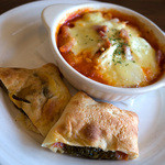 Trattoria & Pizza Banzo - 「サラミ大葉えのきの包焼ピザ(1/2)」+「ベーコンじゃがえのきのマカロニグラタン」。