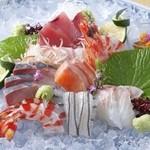 幸楽寿し - 地元で水揚げされた魚介にこだわり『刺身盛り合わせ(三人前)』