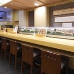 幸楽寿し - 柔らかく明るい店内は、ほっとくつろげる空間。その中で料理長が選び抜いた食材と、職人の技でつくりあげたお料理を味わえるのは、至福のひとときです