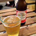 フクロウのみせ - ドリンクのバドワイザー。デフォルトではラッパ飲みですので、グラスが欲しい方はスタッフさんまで。