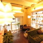 タケル カフェ - 高い天井は開放感あって落ち着いた雰囲気です!