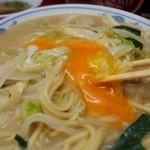 豚麺 - 長崎チャンポン 玉子と一緒に食べる