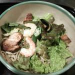 更科堀井 - 6月限定のおすすめメニュー『紫陽花そば』 ドレッシングをからめた7種類以上の野菜と、ボイル海老・豚の角煮で彩られた冷たいお蕎麦です。