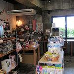 SOBA やぶさち - 雑貨屋さんのような店内。