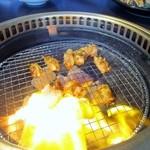 炭火焼肉 清香園 - 焼肉は炭火で焼くので遠赤外線効果でとっても美味しい焼肉が焼き上がります、丸腸から出た脂で炎が上がってました・