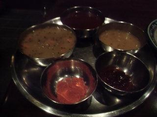 タール - ダルパート(マトンカレー、野菜カレー、杏子チャツネ、ダルスープ、チリパウダー