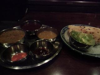タール - ダルパート、二皿で提供