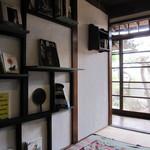 食堂101号室 - 椅子席の横の壁の本達