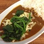 麹町咖喱 - ランチ。ビーフカレー。チーズとほうれん草をのせて。