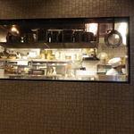墨花居 - 店内のテーブルから厨房をみる