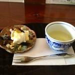 アンズカフェ - ランチにつくデザート。クリームチーズとドライフルーツ。