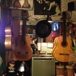 ペキーノ イ アミーゴ - フラメンコギターが何本もあります!!!お客さんも弾いていいそう!