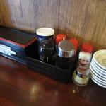 麺や 松辰 - 卓上の調味料