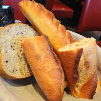 ブラッスリー・ヴィロン-バゲット・ゴマなどの入ったパン・ヴィノワズリーのバスケットから選んだミルクのパン