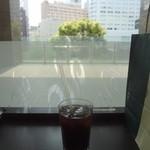 タリーズコーヒー - カウンター席から、電車が見えます♪
