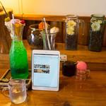 OB - クリームソーダパフェ (750円)、アイスオーレ (600円)