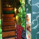 薬酒Bar 高円寺 - ハンバーグ屋さんの2階です〜