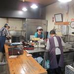 市場のめし屋 浜ちゃん - 店内調理場。