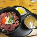 市場のめし屋 浜ちゃん - かつお丼(550円)味噌汁、漬物付き