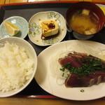 市場のめし屋 浜ちゃん - かつおたたき定食(700円)味噌汁、豆腐、漬物、フルーツ付き。