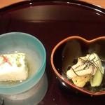 日本料理雲海 - 【初夏の会席】先附 オクラととろろ寄せ 美味出汁  小鉢 焼き茄子 キウイ 胡麻クリーム鞍掛け