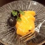 日本料理雲海 - 【初夏の会席】果物 「西瓜」のはずが・・・・ お隣と交換してオレンジ 葡萄に ^^;