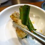 野毛ホルモンセンター - 名物ペラペラ焼き390円 ニラを巻きながら食べるじゃ!