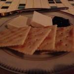 十三くま - クリームチーズ&クラッカー☆ ブルーベリージャムついてるところが素敵(●´∀`●)/