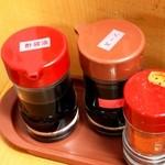 会津屋 - 酢醤油、ソース、一味もある