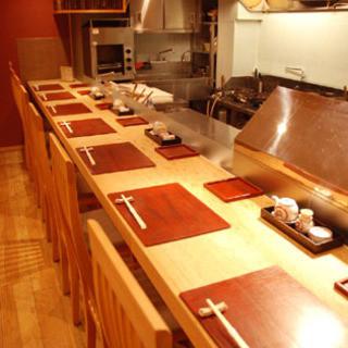 カウンターで、店主の揚げる絶品の天ぷらをご堪能下さい。