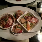 Nagaa - おまかせ前菜盛り(チキングラタン、生ハムとチーズのサラダ、ホタテのマリネトースト添え)