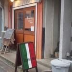 ラ・マーノ - 決して大きくないお店ですが存在感あります