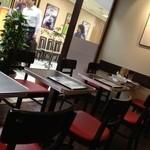Burger 5 - 赤と茶が店のカラー