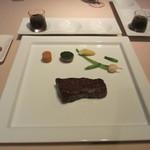 アルゴ - 天然記念物 見島牛のポワレ、フォアグラとマデラ酒のソース、海塩と岩塩添え