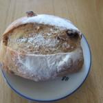 ファータ - クランベリーくるみ(小)105円。この日買った2つ目のハード系のパン、クランベリーを練りこんだライ麦パンの中にクランベリーと相性抜群のくるみを混ぜたパンです。