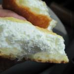 ファータ - 食べごろサイズのメロンパンの中には新鮮で上質な生クリームがギッシリと贅沢に詰まっていますよ。