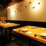すりみや - テーブルを繋げば12名掛けのボックス席の出来上がり。