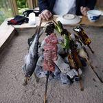 高森田楽保存会 - 囲炉裏で頂く、ヤマメや牛串