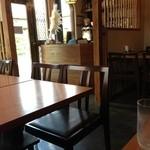 中華キッチン ぐら - 4人席テーブルが5つあります。