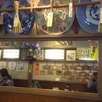 いづ松 - 鏡に映った店内の絵馬