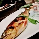 舞桜 - 内観写真:焼いて乾燥させたものを、3日間掛けて酒で戻し、西京味噌に漬けた鮎