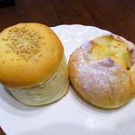 手ごね まめぱん屋 - ごぼう(左)、オレンジチーズ(右)