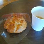 たまご屋 - サクッとたまごシュークリーム…140円とホットコーヒー(無料)
