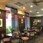 珈琲のシャポー 土居町本店 - 柔らかい照明とクラシックなフロア。