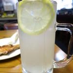 鳥清 - レモンサワー368円 レモンは輪切り型カット