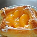 ガムツリーコーヒーカンパニー - オレンジの下にオレンジのジュレがたっぷり敷いてあるペストリー