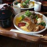 薔薇都 - 料理写真:カフェテラス 薔薇都(サービスランチ ほうれん草のオムレツとたこのからあげ)