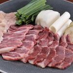 Ramu Tokyo - <桜焼き盛合せ> ■特選鞍下肉 鞍を乗せる辺りの部分の肩ロース肉。 程よくサシが入り、バランスのとれた味わいです。 ■ばらひも肉 あばら骨の間にある部分の肉で、 甘みが強く程よい歯ごたえがあります。 ■みの 身が厚く噛みごたえのある独特の食感は、 お酒のすすむ逸品です。 ※お野菜は季節により変わる可能性があります。